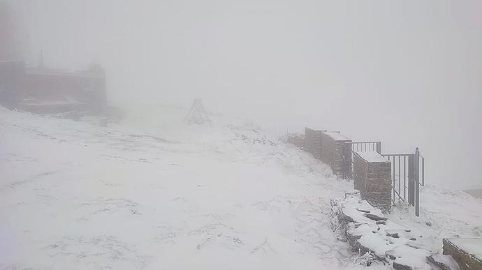 У горах Прикарпаття сильний вітер і сніг з дощем: рятувальники просять утриматися від походів (ВІДЕО)