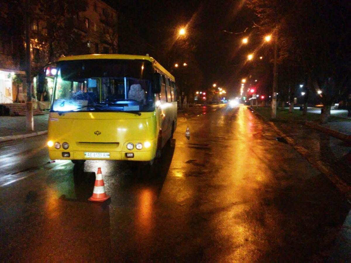 У Коломиї водій автобуса, рухаючись заднім ходом, наїхав напішохода