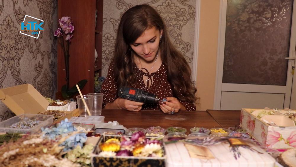 Квіти, гриби, мох та папороть: майстриня із Косівщини виготовляє унікальні прикраси (ВІДЕО)