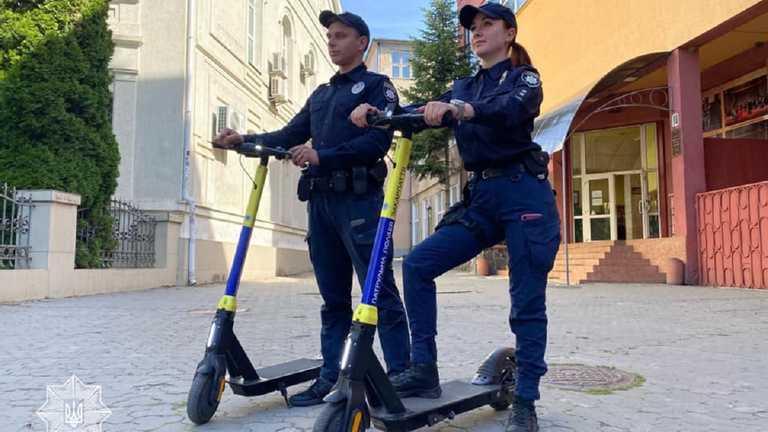 Уперше в Україні: на Закарпатті з'явились поліцейські на електросамокатах (ФОТО)