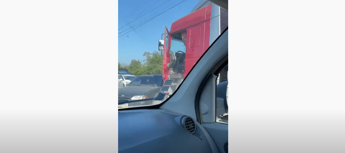 На Тисменицькій зіткнулися вантажівка і легковик: у бік центру суттєві затори (ВІДЕО)