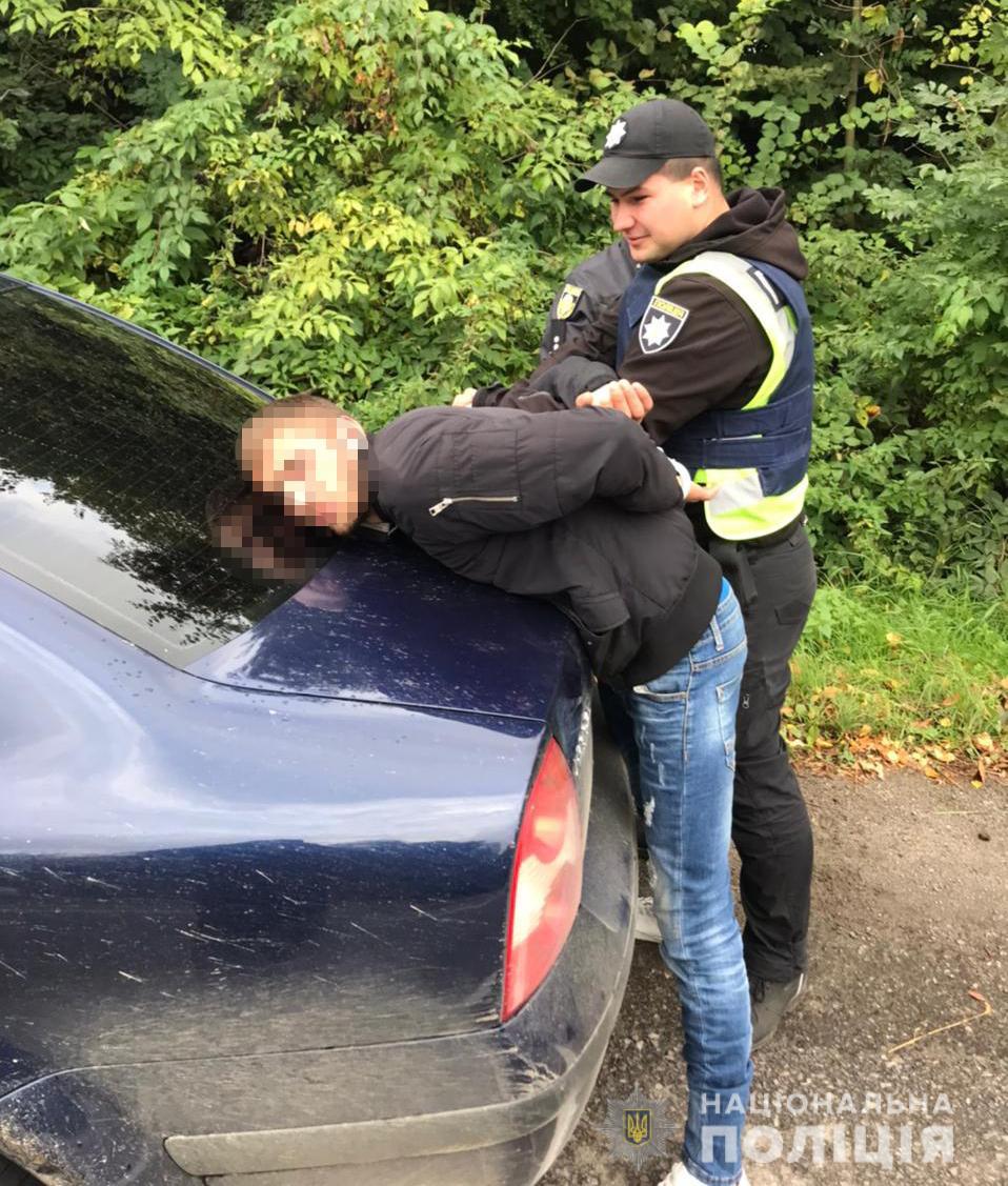 Не підвезли, а пограбували: прикарпатка вистрибувала з авто на ходу, рятуючись від злочинців (ФОТО, ВІДЕО)