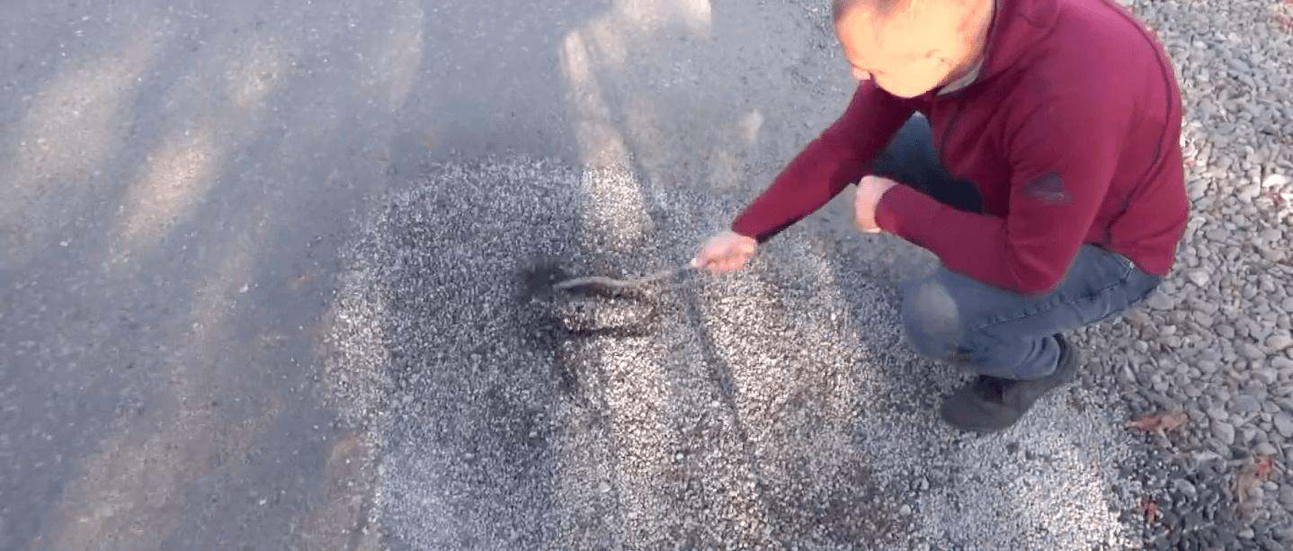 На Коломийщині люди перекривали дорогу через її неякісний ремонт (ВІДЕО)