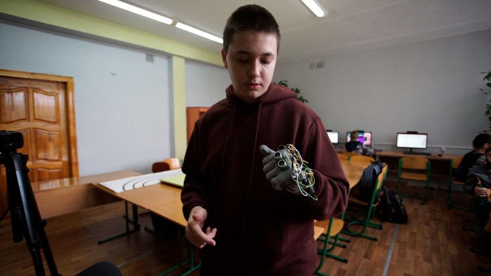 У Калуші учень гуртка робототехніки створив помічну рукавицю для незрячих (ФОТО, ВІДЕО)