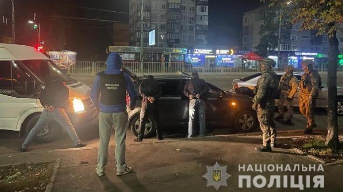 """У Києві викрили банду, яка """"накачувала"""" людей у барах та грабувала. Одна з жертв померла"""
