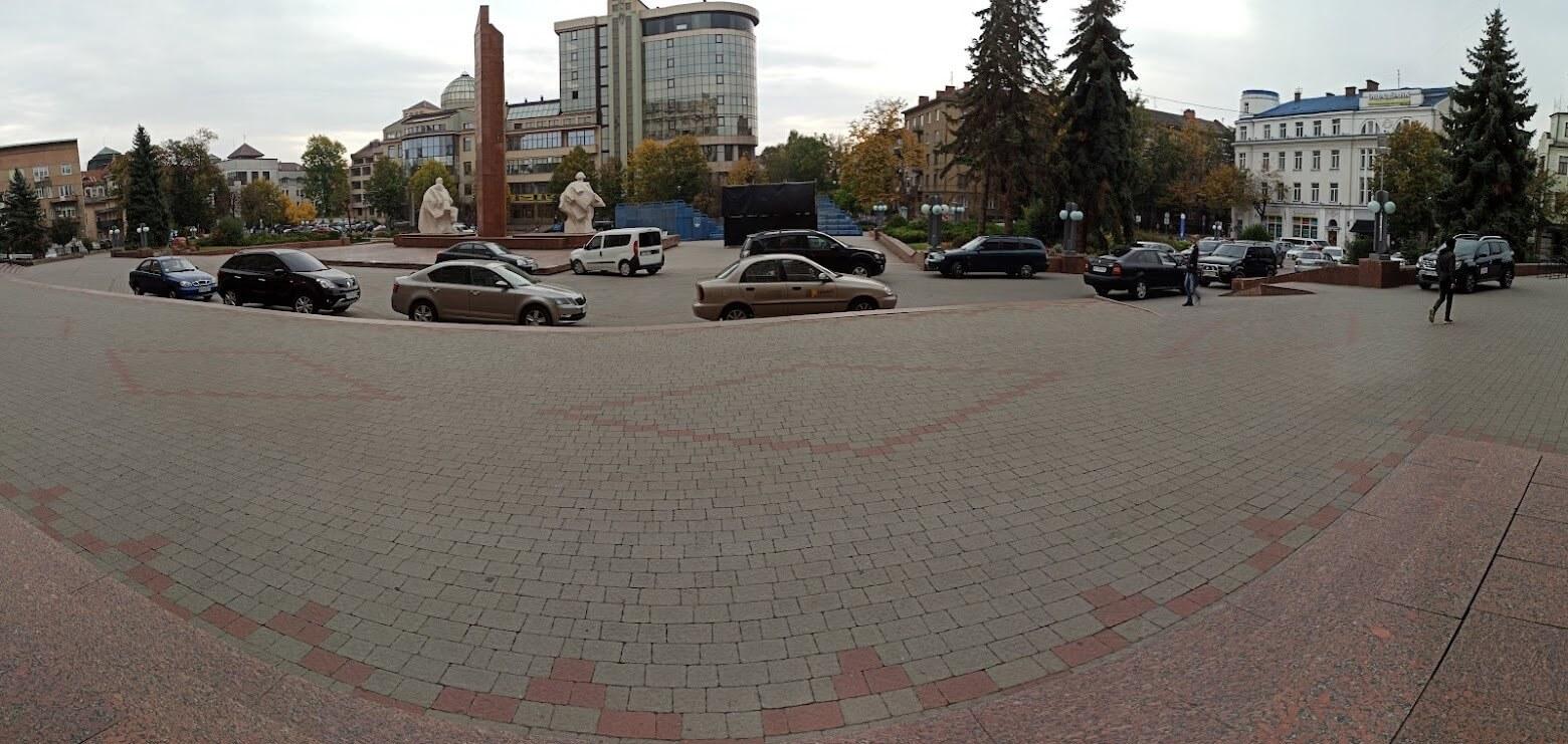 Чиновники мерії завалили своїми автівками площу, на яку в'їзд заборонений (ФОТО)