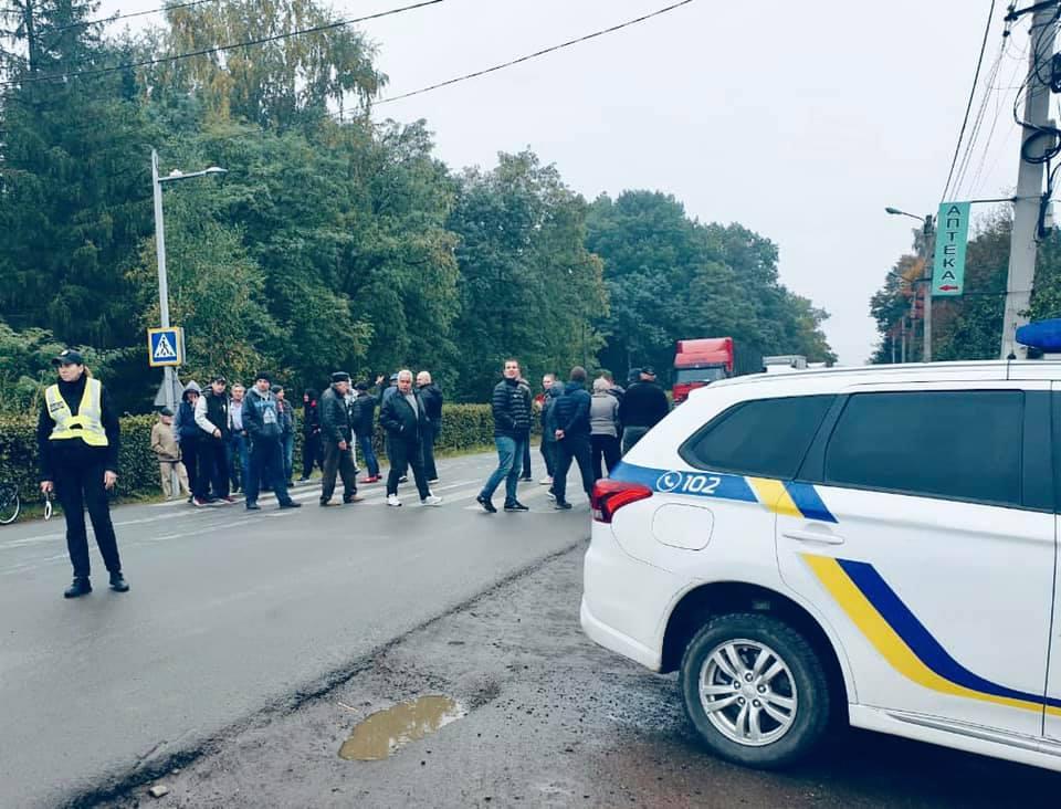 У Болехові обурені жителі перекрили дорогу державного значення (ФОТО)
