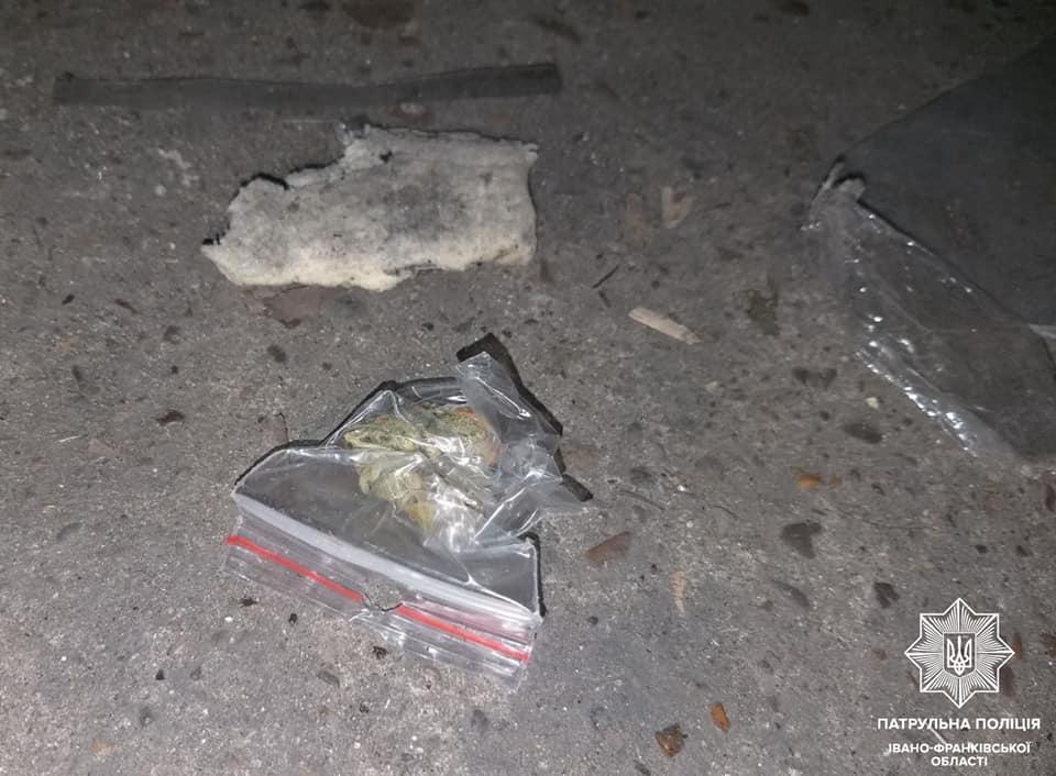 """У Франківську патрульні спіймали трьох осіб з """"підозрілими згортками"""" (ФОТО)"""