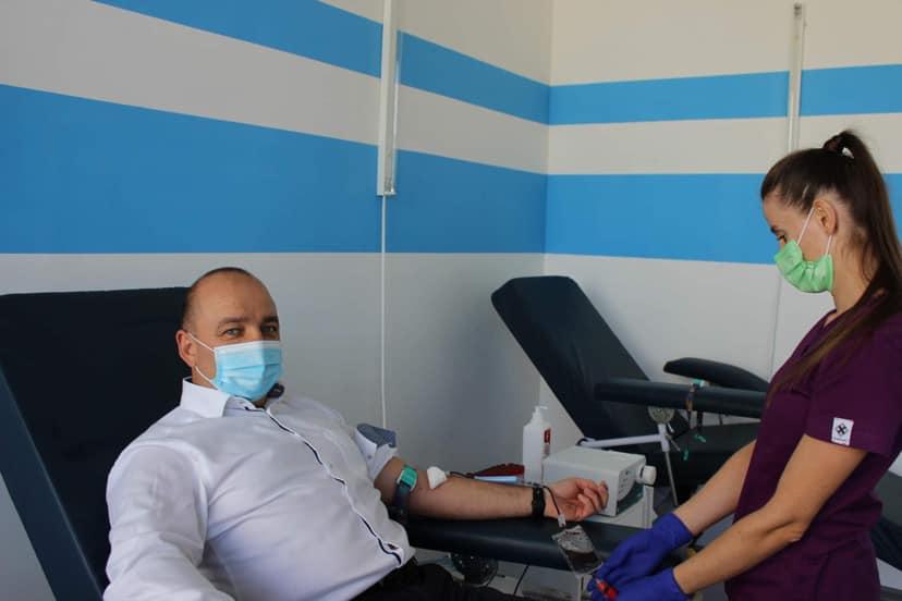 Головний санлікар Франківщини разом із підлеглими здав кров для бійців на Сході (ФОТО)