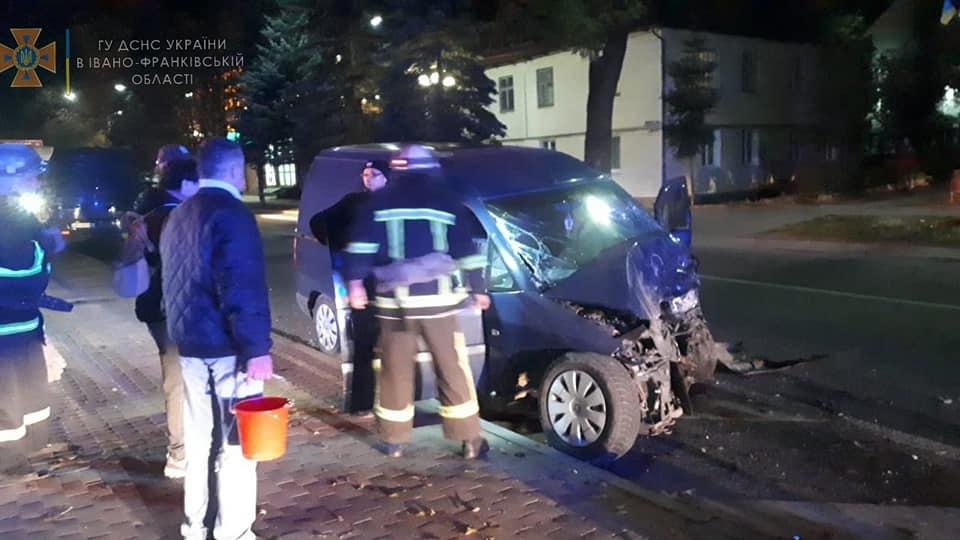 """У Яремче """"Міцубісі"""" влетів у """"Пежо"""" – двоє водіїв отримали травми (ФОТО)"""