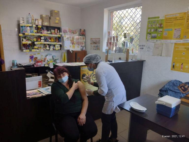 """У п'ятницю 16 мобільних бригад вакцинували прикарпатців у відділеннях """"Укрпошти"""", їх кількість планують збільшити (ФОТО)"""