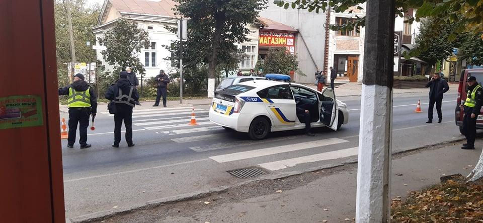 У Снятині патрульні на службовому авто збили жінку з дитиною на пішохідному (ФОТО)