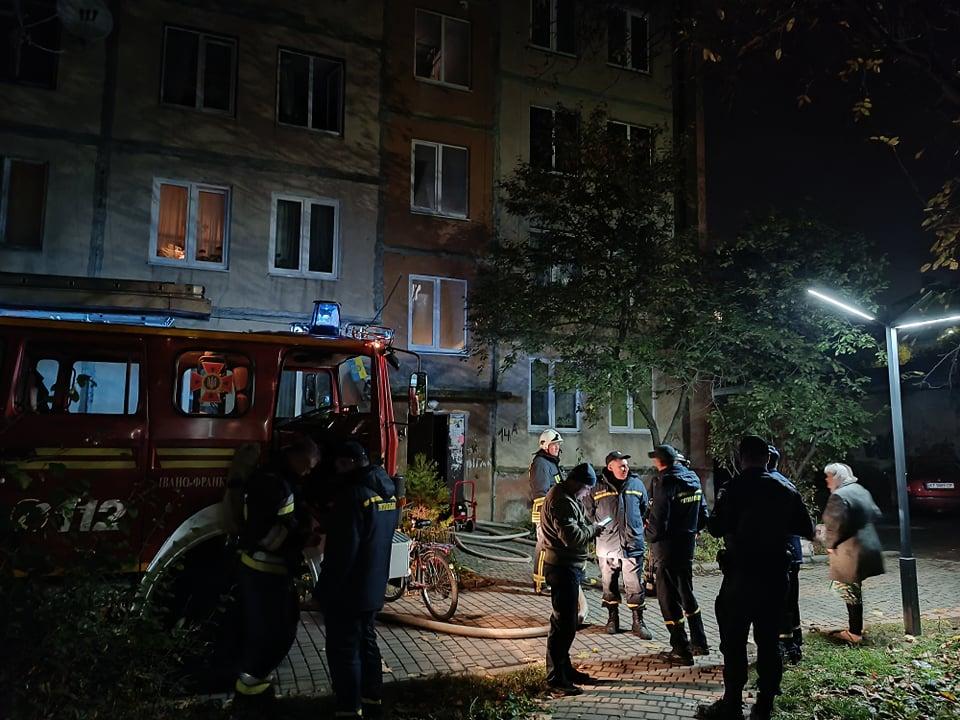Вечірня пожежа на Короля Данила: рятувальники гасили вогонь у багатоквартирному будинку (ФОТО)
