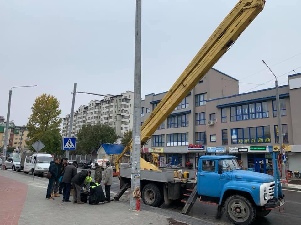 Після кількох аварій на з'єднаних бульварах у Франківську таки монтують світлофор