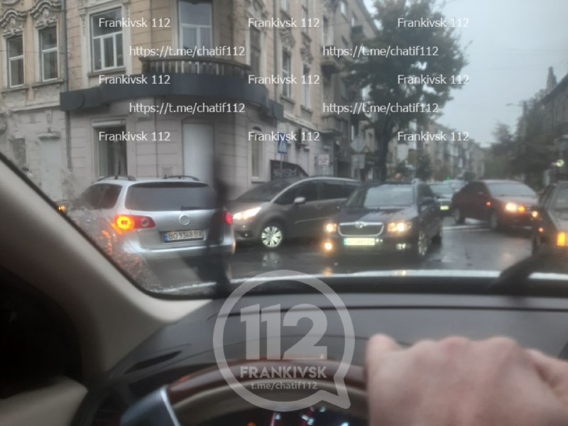 Ранкові ДТП і погана погода: Франківськ паралізувало у сильних заторах (ФОТО)