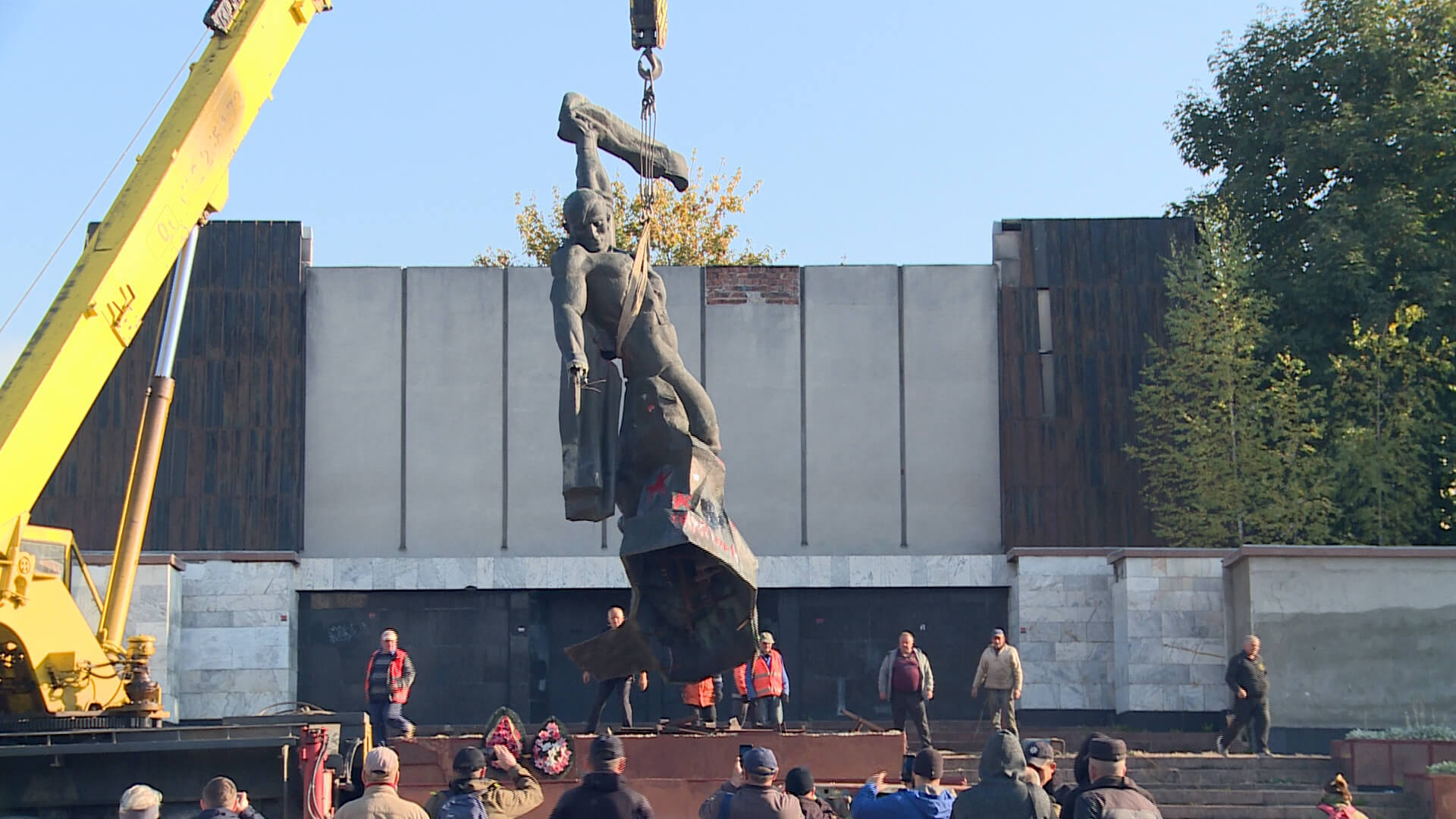 Краще пізно, ніж ніколи: пам'ятник солдату демонтували на площі Скорботи в Коломиї (ВІДЕО)