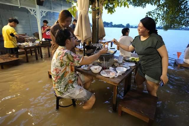 По коліна у воді: у Таїланді запрацював незвичний ресторан (ФОТО)