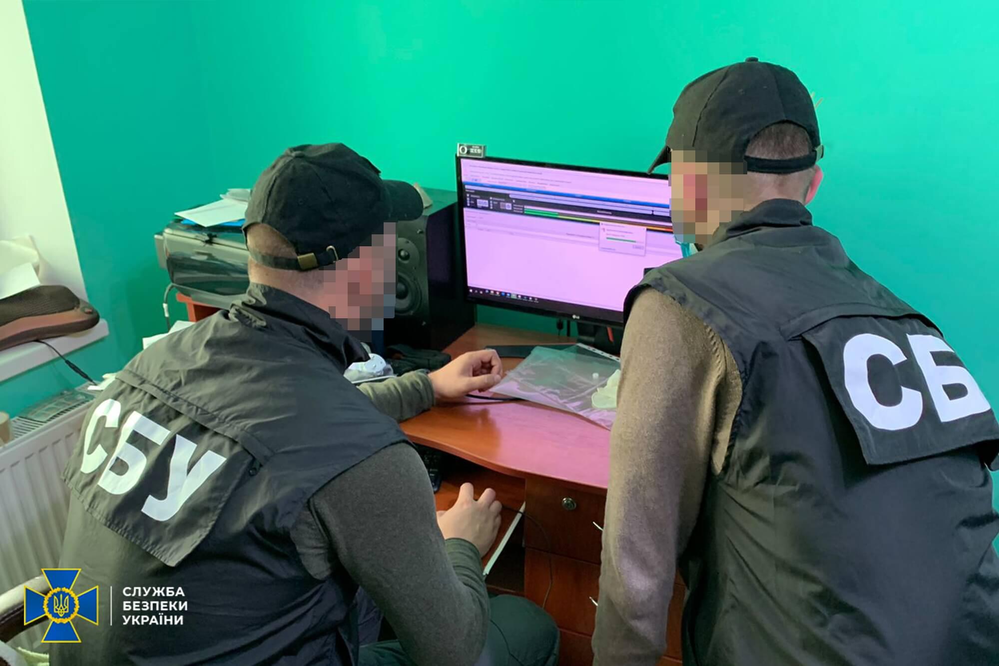 """СБУ викрила хакера з Прикарпаття, котрий поширював віруси, мав """"армію ботів"""" та ламав сайти"""