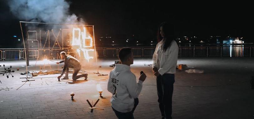 Найромантичніше зізнання року: на міському озері франківець під вогняне шоу заручився з коханою (ВІДЕО)